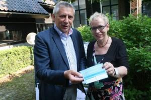 overhandiging eerste signaleringskaart aan wethouder Wietze Kooistra (mei 2012)